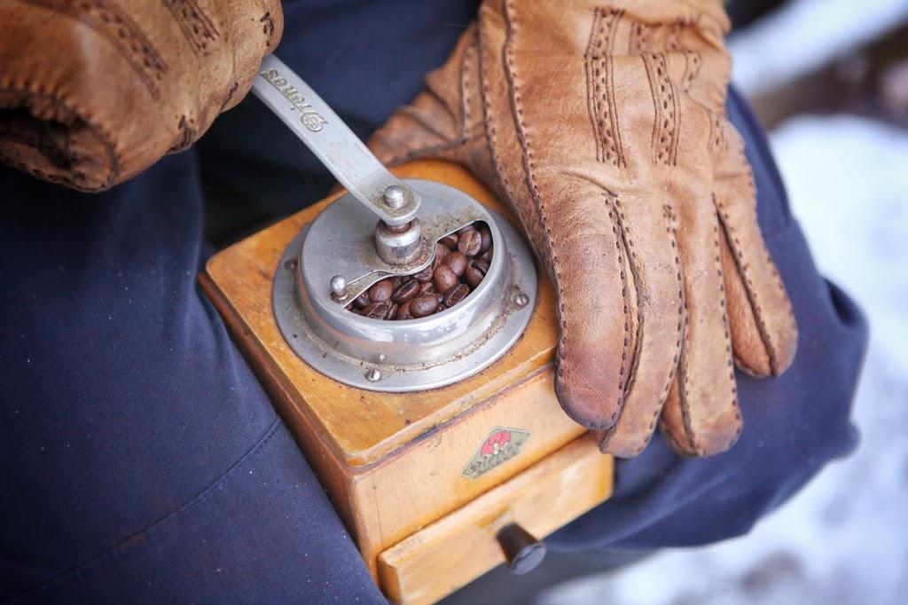 Pannukahvin jauhamista perinteisellä kahvimyllyllä