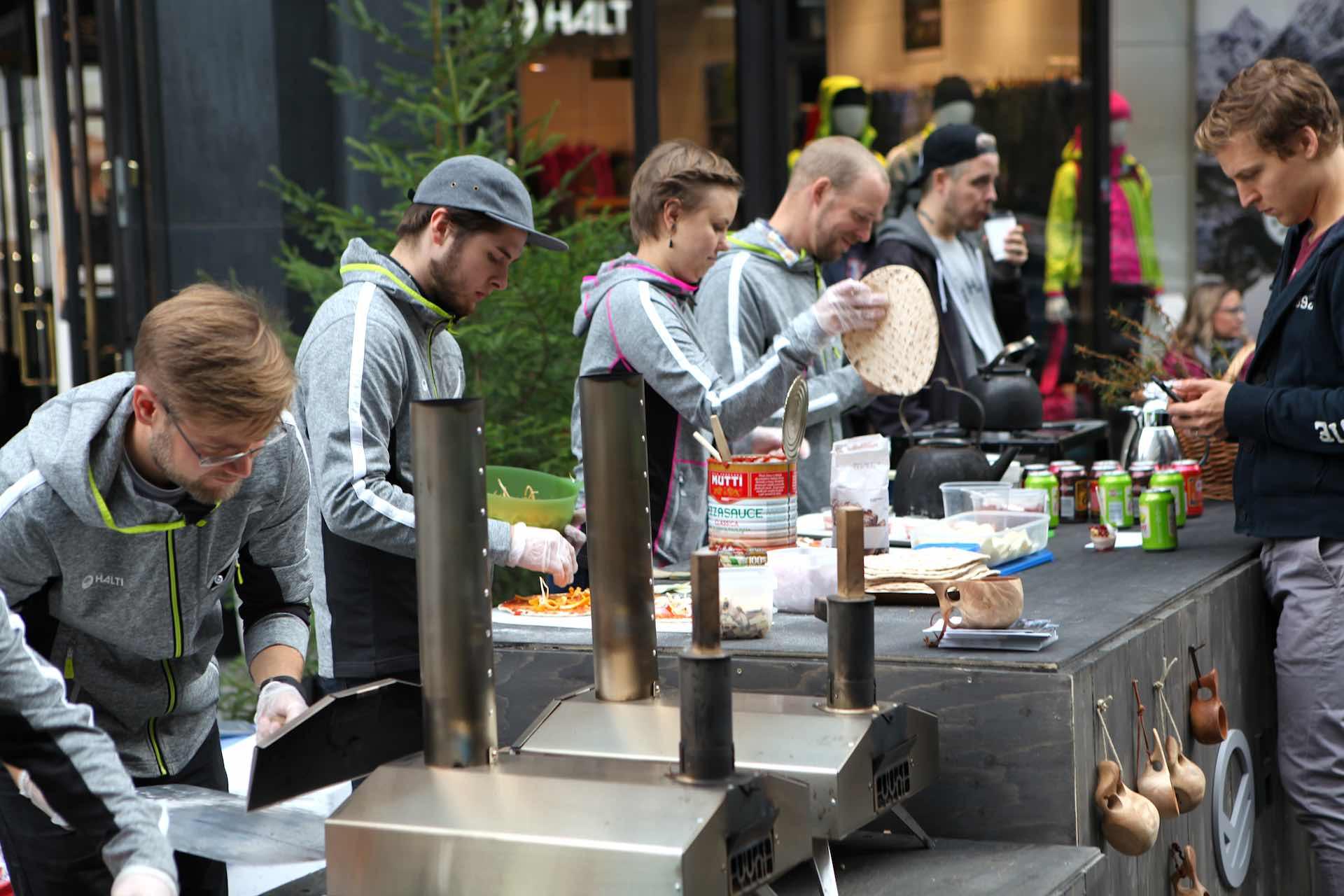 Bonfire Appétit popup -ravintolan rizzanpaistolinjasto. Tiimiläiset tunnistaa Haltin Vimma -huppareista.